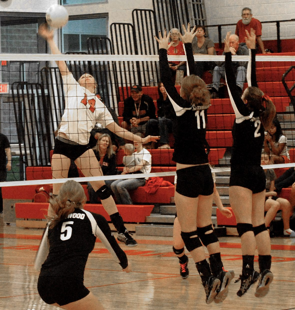 Glenwood Springs Sweeps Past Steamboat Volleyball