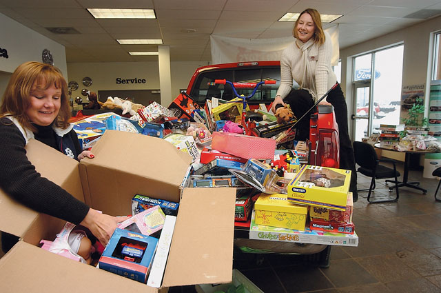 2017 Toys For Tots Ellensburg Washington : Big red truck delivers again steamboattoday