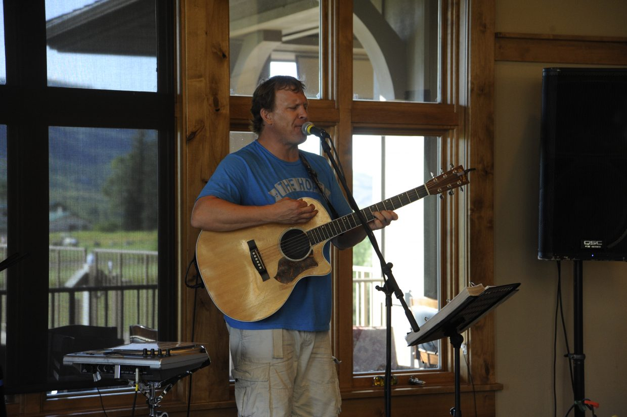 Pat Waters provided live entertainment.