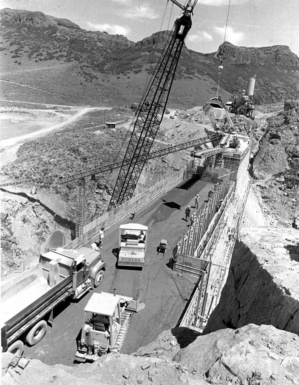 Topping off the Stagecoach dam in July 1988.