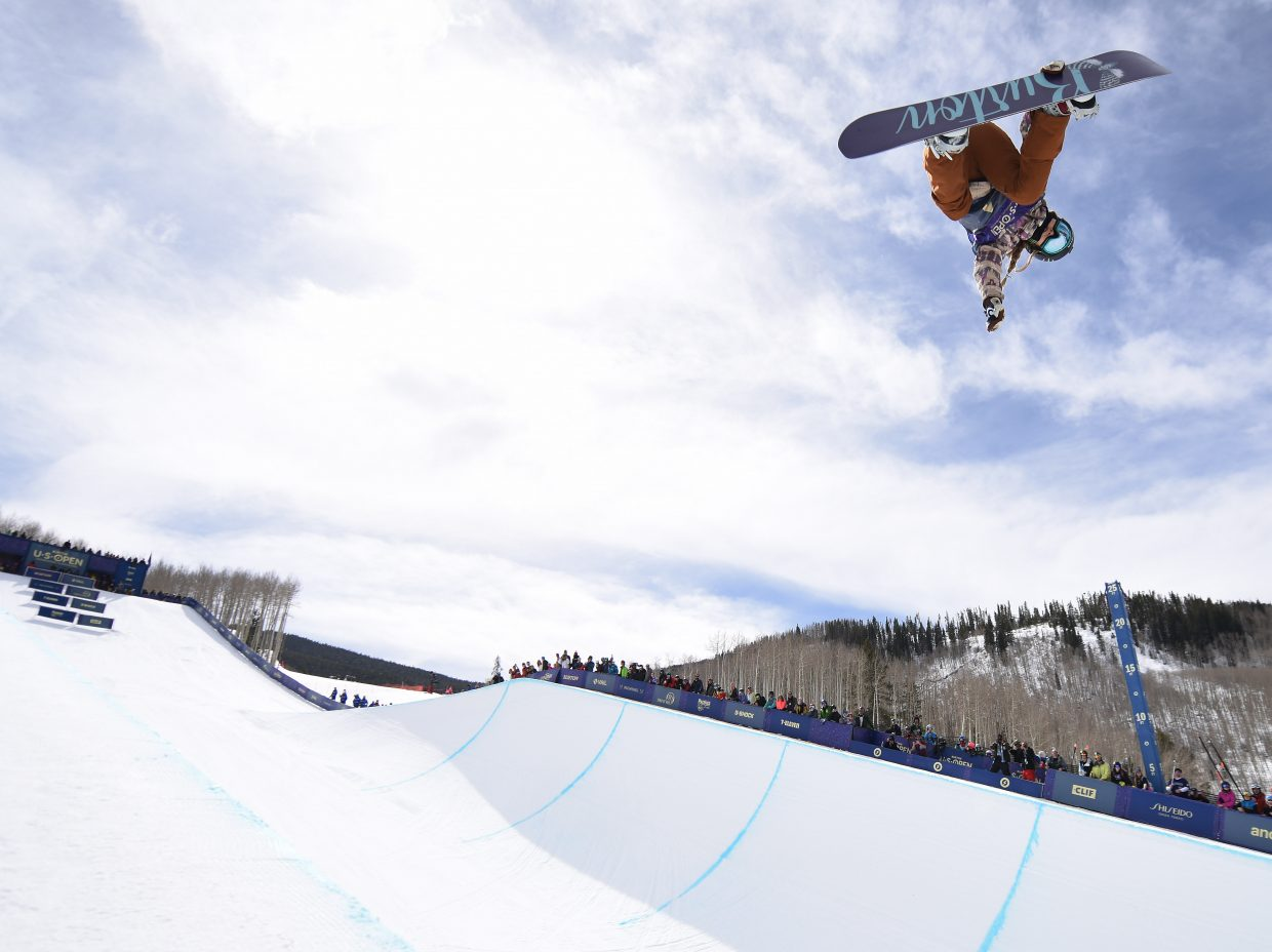 Chloe Kim's huge jumps and back-to-back 1080s lifted her to the U.S. Open championship on Saturday.