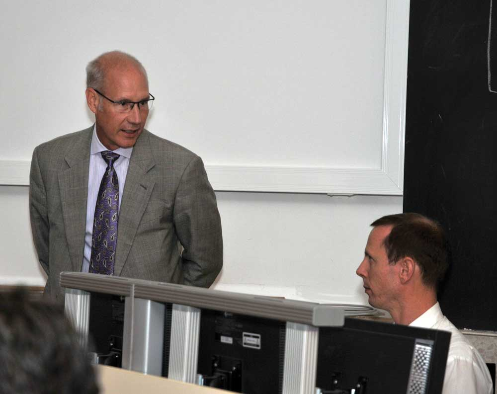 Henry Fabian leads a lecture in Hannover, Germany.
