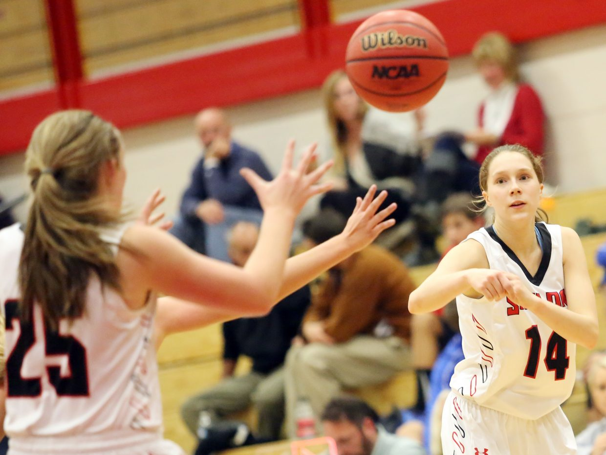 Steamboat's Allison Casey, right, makes a pass to teammate Jenna Miller on Friday against Elizabeth.