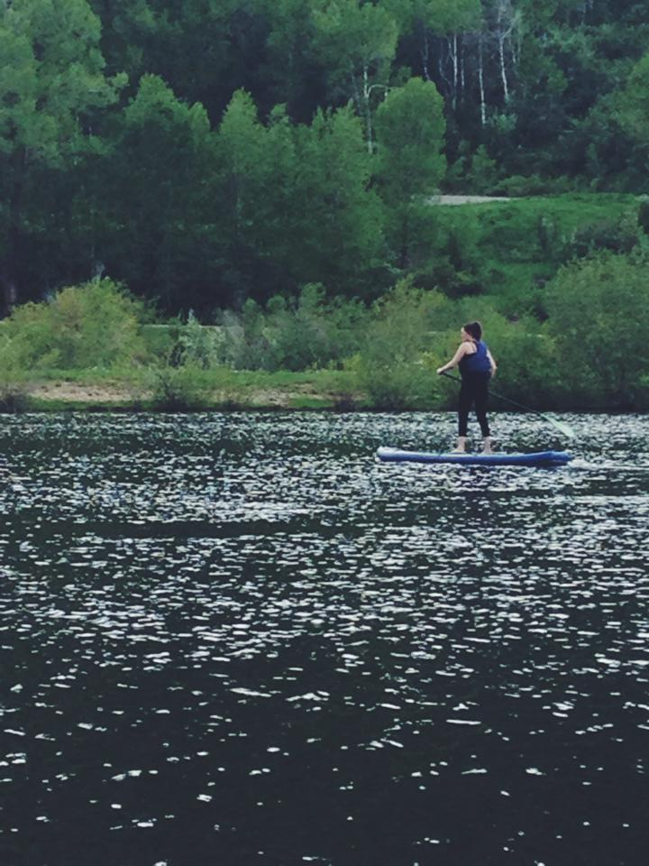 Arts & Entertainment reporter, Audrey Dwyer, SUP paddleboarding for the first time