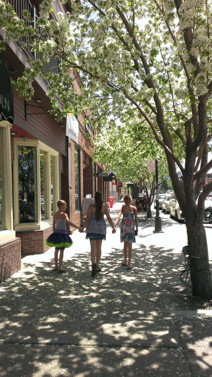Kailee Davis, Kirra and Mykyla Kusy enjoying downtown on Memorial Day. Submitted by: Christina Davis
