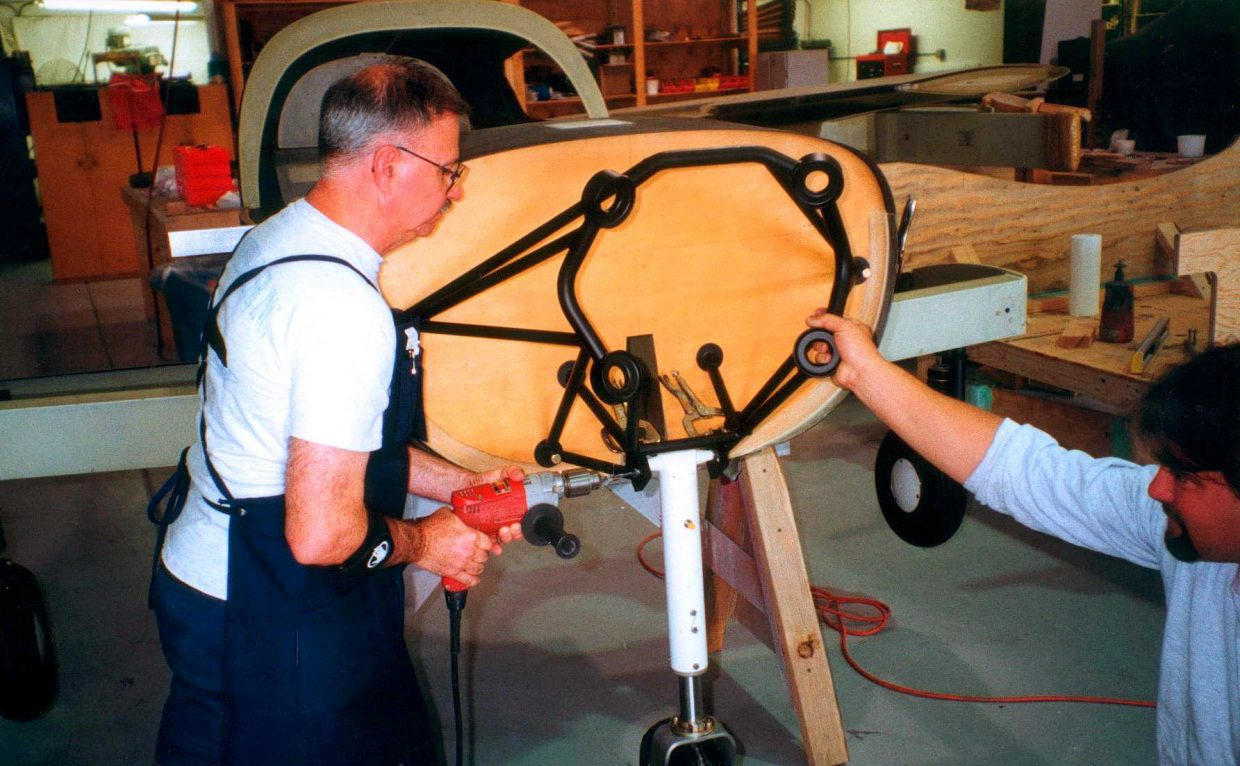 Local pilot Jack Dysart prepares the nose strut in August 1999.